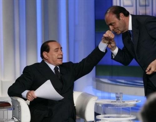 Berlusconi_vespa_baciamano